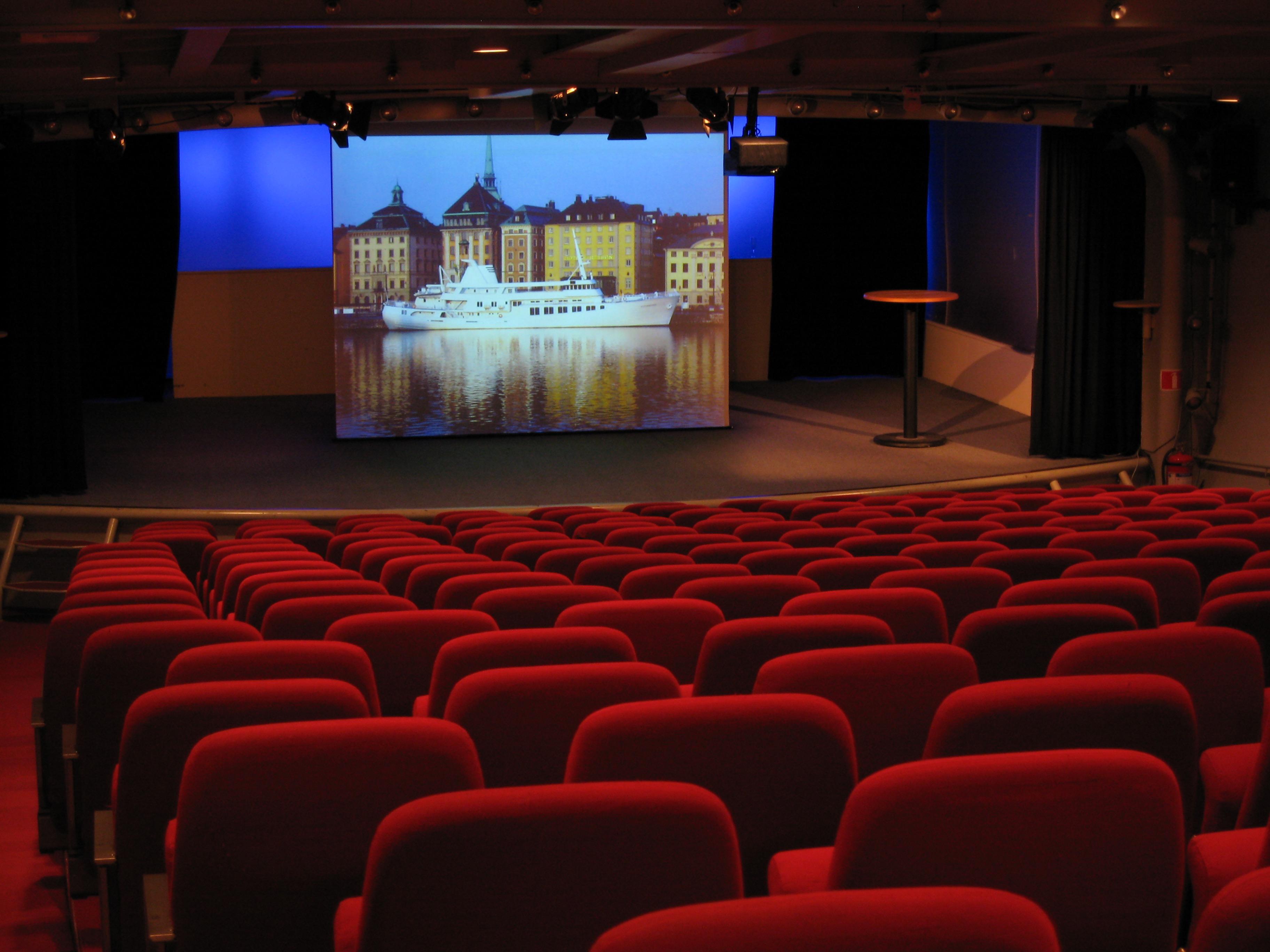 Konferenslokalen med 4:3 duken
