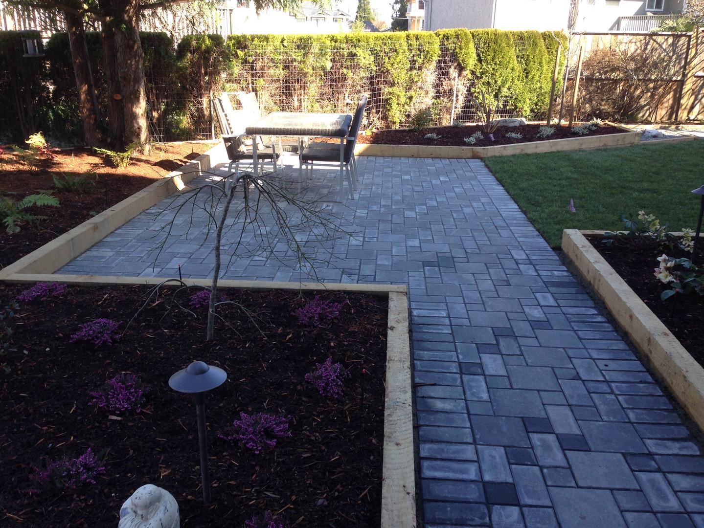 Modern landscape design with linear pavingstone patio