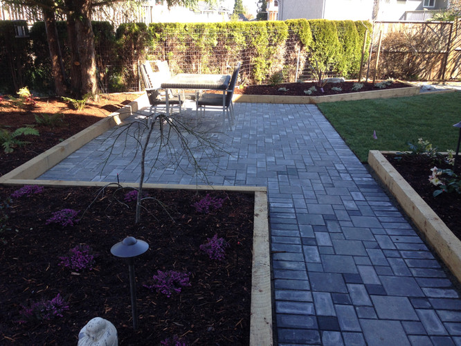 Modern landscape design with linear pavingstone patio