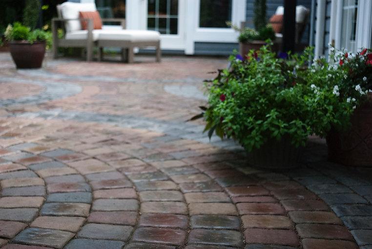 Close-up of curved circle kit Villa Stone paving stone patio.