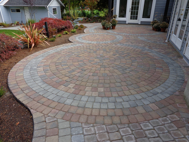 Intricate circle pavingstone patio design and installation
