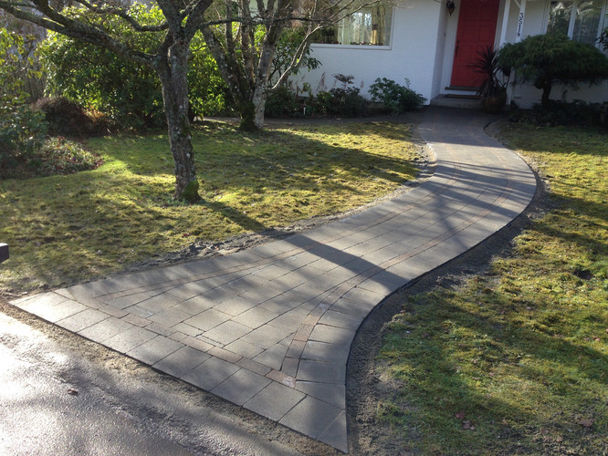 Front walkway made of pavingstone
