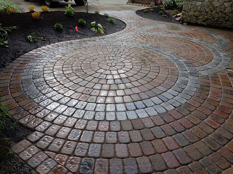 Curved paving stone patio featuring Villa Stone circle kit.
