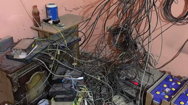 كارثة أصحاب الأبراج! أسلاك متشابكة في كل مكان و الأجهزة معرضة للغبار و الرطوبة!