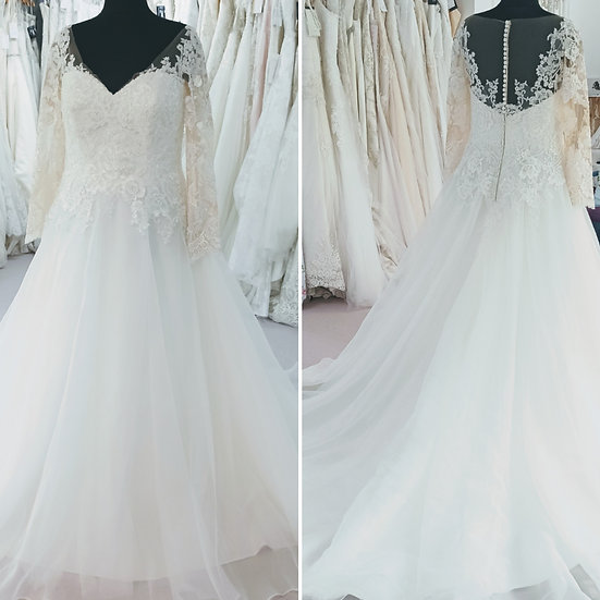 Size 18/20 Tres Chic lace and tulle wedding dress with sleeves