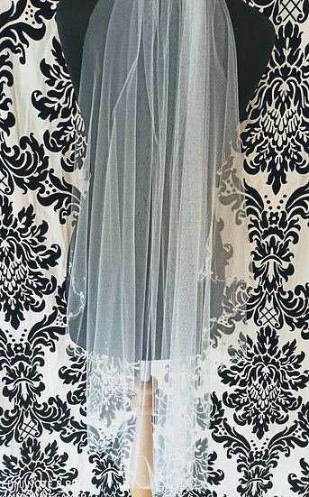 Ivory fingertip single layer veil with lace-edge decorated with crystals.