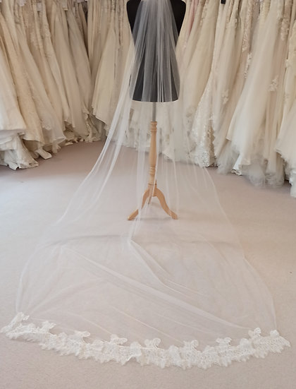 Long ivory single layer veil with lace edge