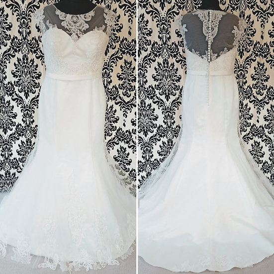Size 20 sample lace & tulle wedding dress