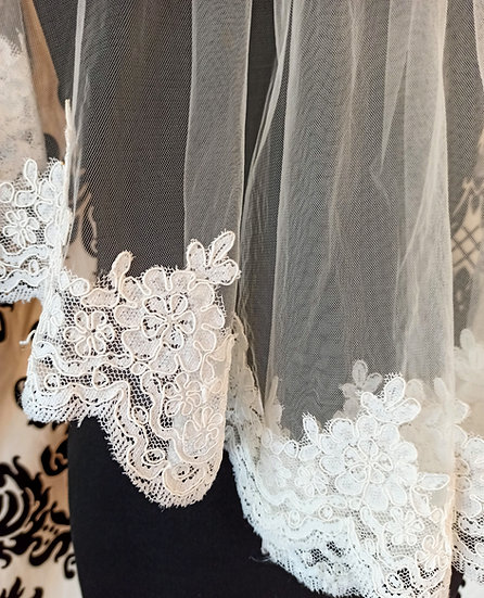 Ivory tulle single layer lace-edge shoulder veil