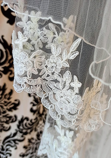 Ivory tulle 2-layer fingertip veil with lace edging