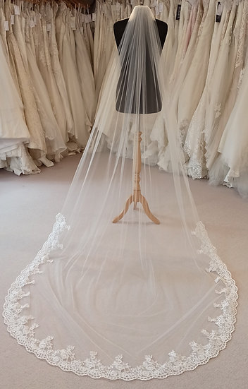 Long ivory single layer veil with a lace edge