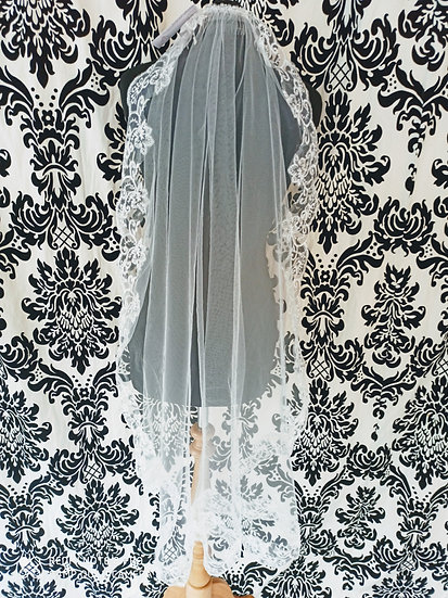 Ivory single-layer lace-edge fingertip veil