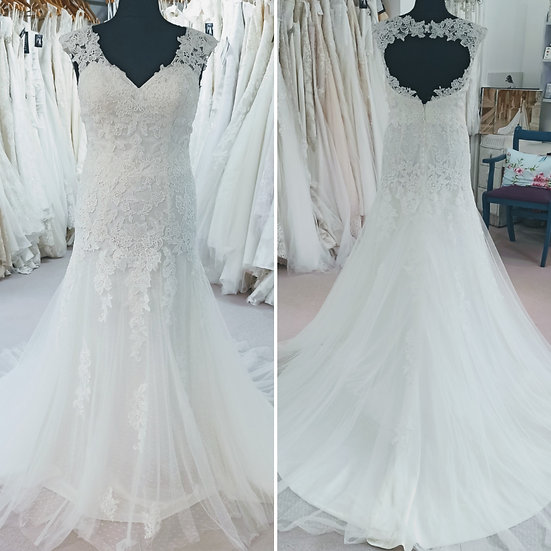 Size 14/16 Tres Chic lace fit and flare wedding dress with keyhole back