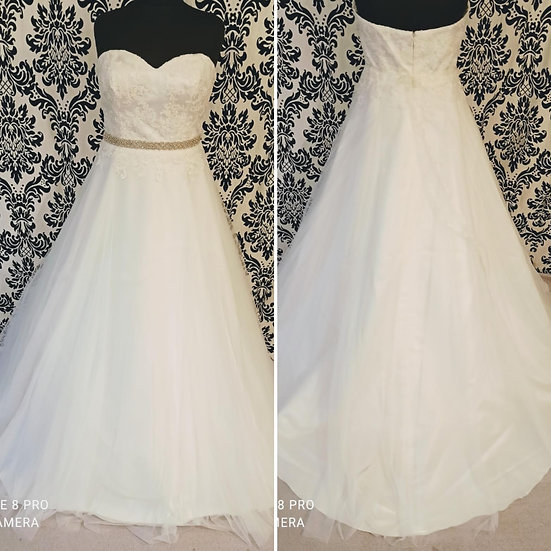 Can be ordered in 10 to 18 NEW Bianco Evento lace & tulle A-line wedding dress