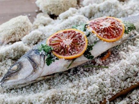 In zoutkorst gegaarde zeebaars van Chef Marcel