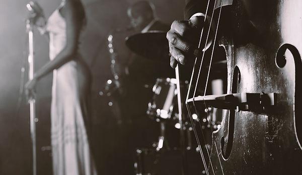 男子采薇低音提琴在一個夜總會和一個女SingerStanding