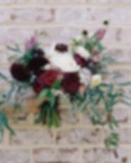 Blumen gegen Backsteinmauer