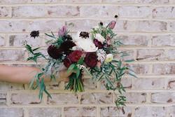 Fleurs contre Mur de briques