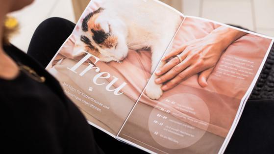 """TREU. Ein aufwendiges Kundenbindungs-Dachkonzept in zwei Varianten (Hund & Katze). Highlight: Das Newspaper mit exklusiven Inhalten. Sehr wertig, sehr echt - alle abgebildeten Tiere und Menschen sind """"authentische"""" Teams."""