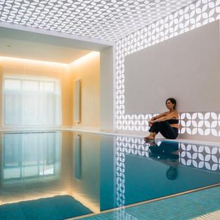 Световой потолок и стена в бассейне. Частный интерьер