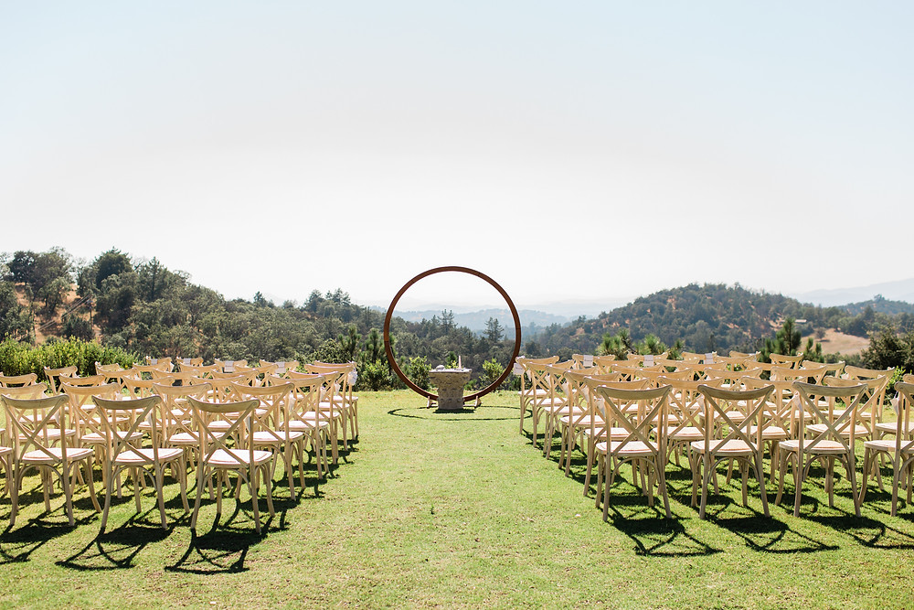 Ceremony space was set on top of a mountain with a circular arch.