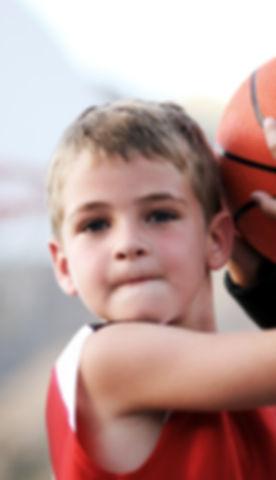 Menino que joga basquete