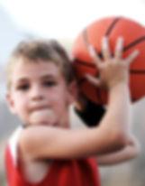 Lancio del ragazzo di pallacanestro