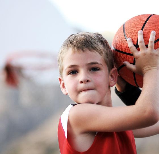 バスケットボールを投げるボーイ