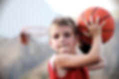 Chłopiec rzucanie Koszykówka