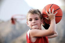 Jongen die basketbal