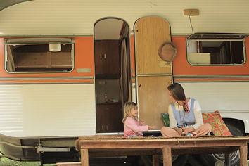 mae filha brincando trailer ar livre.JPG