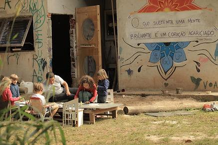 asas-da-floresata-crianças-pintando-ao-ar-livre