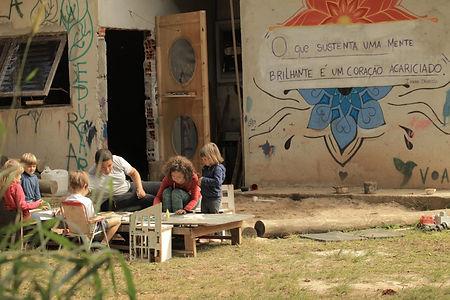 asas-da-floresata-crianças-pintando-mesa-tinta-ar-livre
