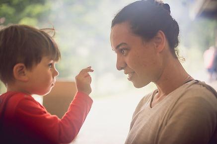 mulher-criança-conversando-presença-atenção.jpeg