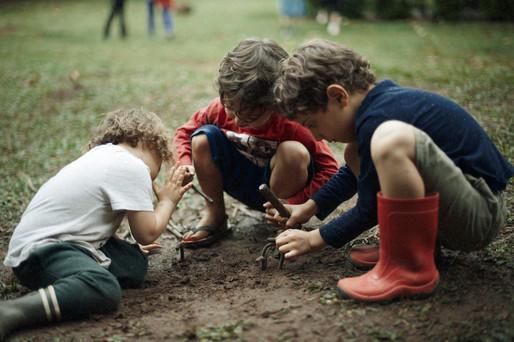 Crianças explorando no Voador