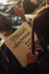 consultoria-voa-voador-mulher-escrevendo-papel.jpeg