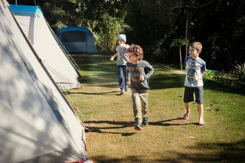 Crianças correndo proximo as barracas