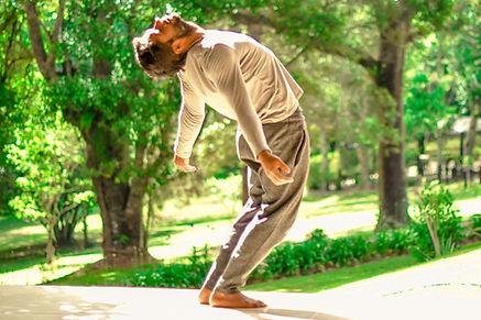 voo-interno-homem-yoga-natureza.jpeg
