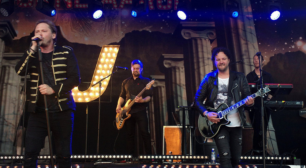 Jonne Aaron (left) with his band at Iskelmäkesä