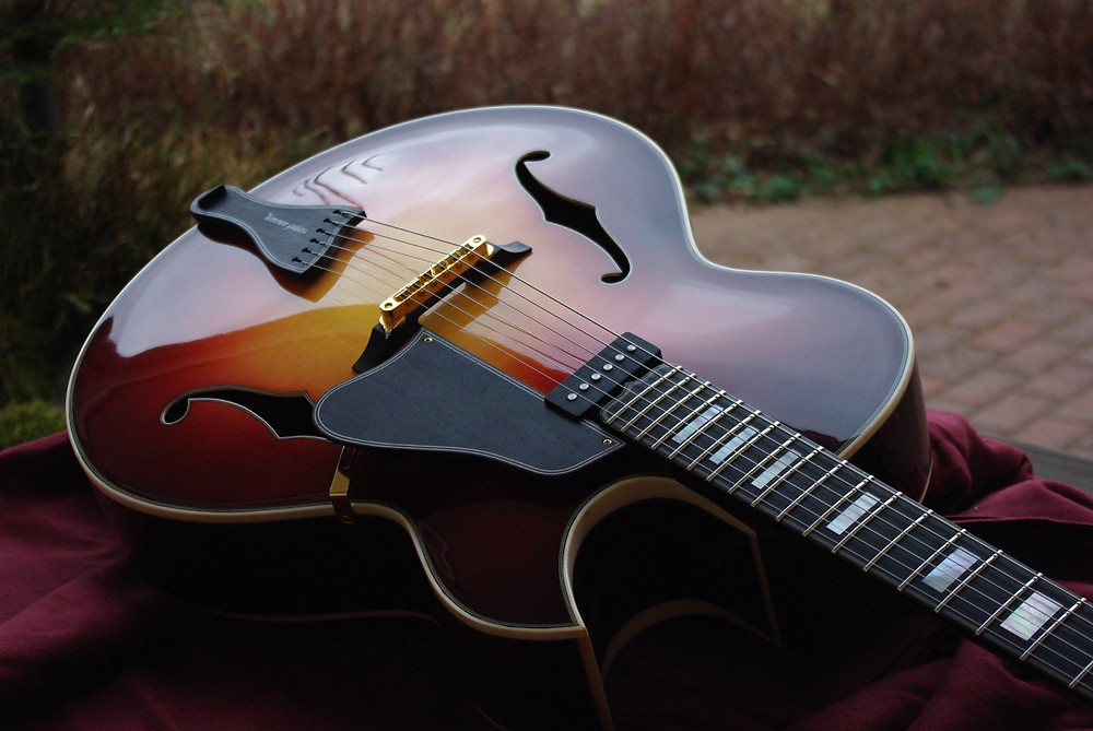 Archtop guitar in 25 inch scale