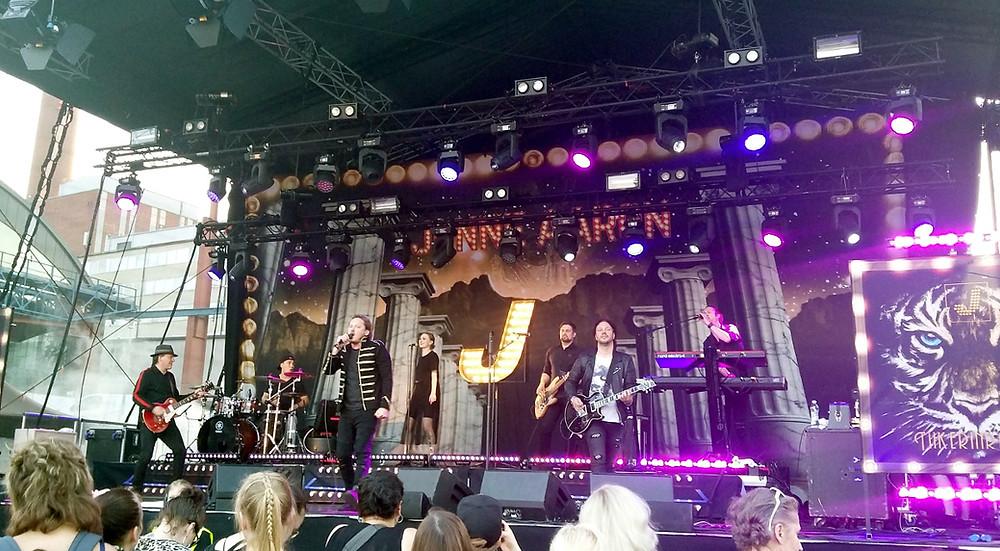 Iskelmäkesä Turku, Jonne Aaron with his band at stage
