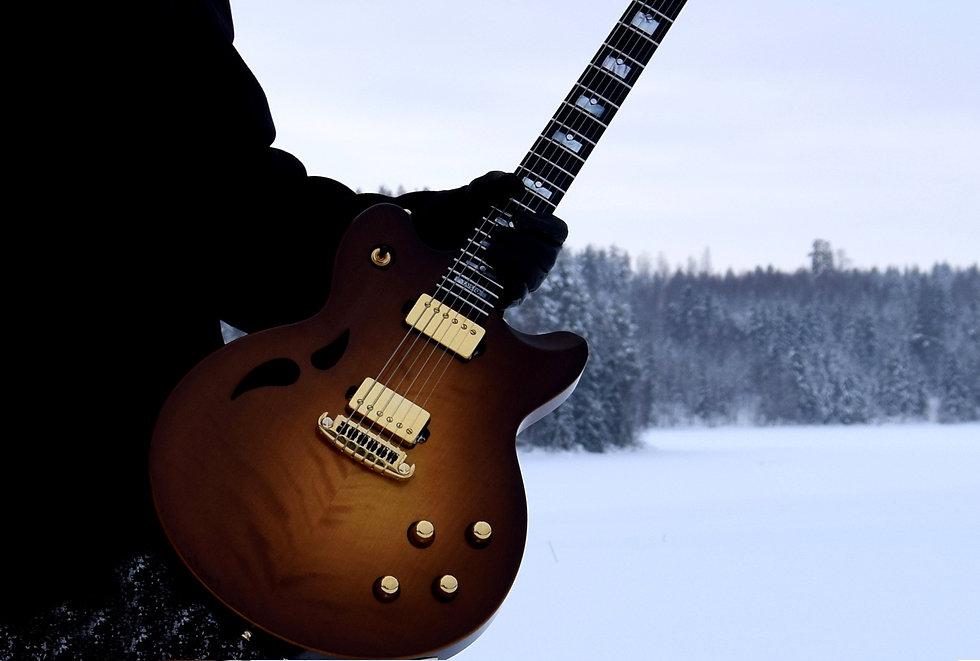 Taisto Guitars AROK-WG custom guitar with piezo system winter outdoors