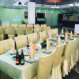 уютный зал, красивое оформление,сервровка стола,ожидание праздника