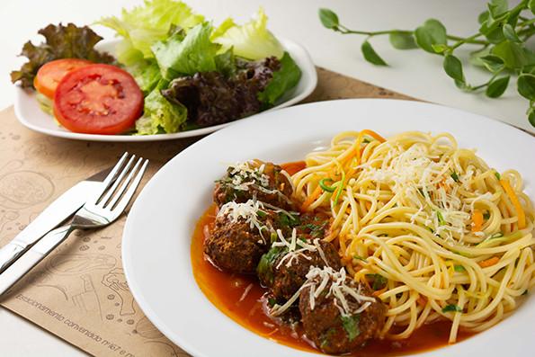 Espaguete com almôdegas