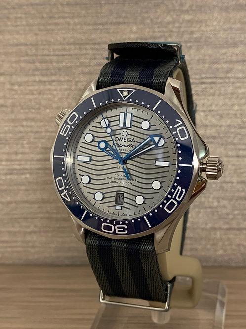 Omega Seamaster Diver 300M Co‑Axial Master Chronometer + Natostrap 210.32.42.20.06.001