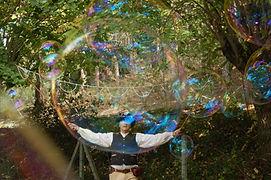 Compagie NaKOH, bulles de savon géantes, lot et garonne, spectacle de rue, compagnie NaKOH