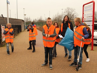 Kinderen helpen dorp schoonmaken