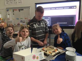 Sophie en Amy winnen taart bij leesvirus