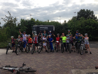 Mountainbiketocht met veel deelnemers.