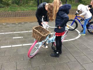 Groep 8 controleert alle fietsen.